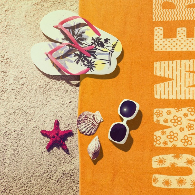 Doživite razkošno udobje in poletno brezskrbnost na vsakem koraku! Moderna plažna brisača je nepogrešljiva na plaži, bazenu ali v savni. Kakovostno plažno brisačo Summer odlikuje le najboljša dvojna bombažna preja. Prednost dvojne preje se kaže v večji vpojnosti, lepšem videzu, boljši odpornosti in daljši življenjski dobi. Enostransko strižen frotir poskrbi za žameten in mehak otip. Brisača je pralna na 60 °C.