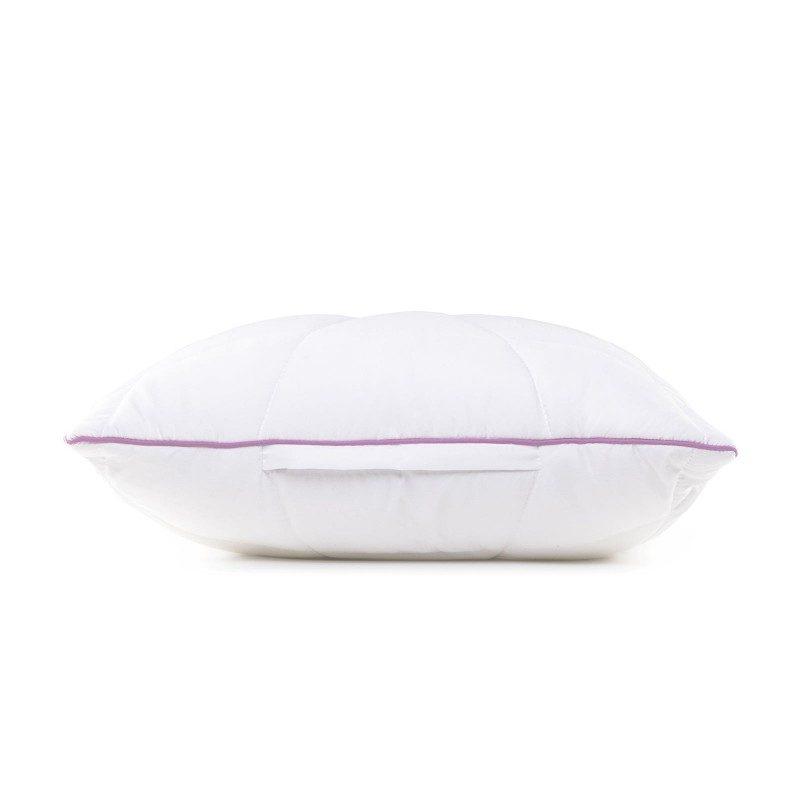 Klasična oblika vzglavnika Lavender Provance vas bo zagotovo prepričala s svojo univerzalnostjo, saj je vzglavnik primeren za vse spalne položaje. Za dodatno ugodje med spanjem poskrbi nežen vonj sivke, ki pomirja, odpravlja živčno izčrpanost in nespečnost. Vzglavnik je v celoti pralen na 60 °C.