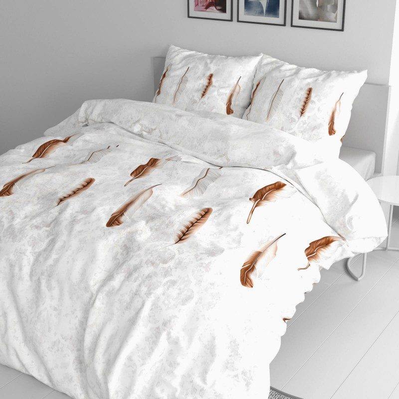 Čas je za popolno razvajanje z moderno bombažno posteljnino! Posteljnina Feather je iz mehkega bombažnega satena, ki je stkan iz visokokakovostne, tanke preje. Posteljnina iz satena je tako čudovit okras vaše spalnice in hkrati odlična izbira za udoben in prijeten spanec. Naj vas očara moderen dizajn z vzorcem perja. Posteljnina je pralna na 40 °C.