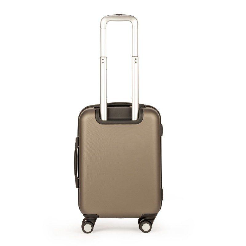 Trdi potovalni kovček Scandinavia predstavlja novo generacijo visokokakovostnih kovčkov iz vodoodbojne ABS plastike. Celotna kolekcija temelji na inovativnosti in izjemni vzdržljivosti, ki je preizkušena in dokazana na večih obremenitvenih testih. Vsi kovčki kolekcije Scandinavia imajo omejeno 5 letno garancijo in so na voljo v dveh barvah in dveh velikostih.