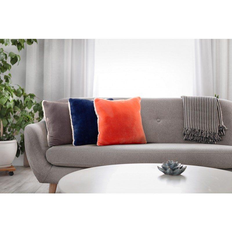 Mehek dekorativni vzglavnik Beatrice iz kakovostnih mikrovlaken za prijetne trenutke udobja in sprostitev na vsakem koraku: v spalnici, dnevni sobi, na potovanju ali pikniku. Vzglavnik lahko uporabljate na obeh straneh. Na eni strani je izredno mehka tkanina v beli barvi, druga stran pa je v čudoviti barvni tkanini. Dekorativni vzglavnik je lahko tudi odlično darilo, ki bo razveselilo vaše najbližje. Vzglavnik je pralen na 40 °C.