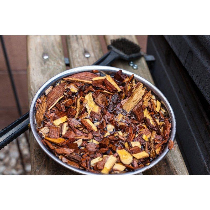 Za vse ljubitelje žara in popolno peko! Dodajte hrani še boljši okus in jo aromatizirajte s sekanci po svojem okusu. Lesni sekanci oddajajo dim, ki aromatizira meso. Vsaka vrsta lesa ima drugačen vonj in tudi drugačen vpliv na okus mesa. Okus kostanja ima srednje močen okus in je primeren za perutnino, svinjino, govedino in divjačino. Lahko se ga kombinira s sekanci okusa jabolka ali češnje.