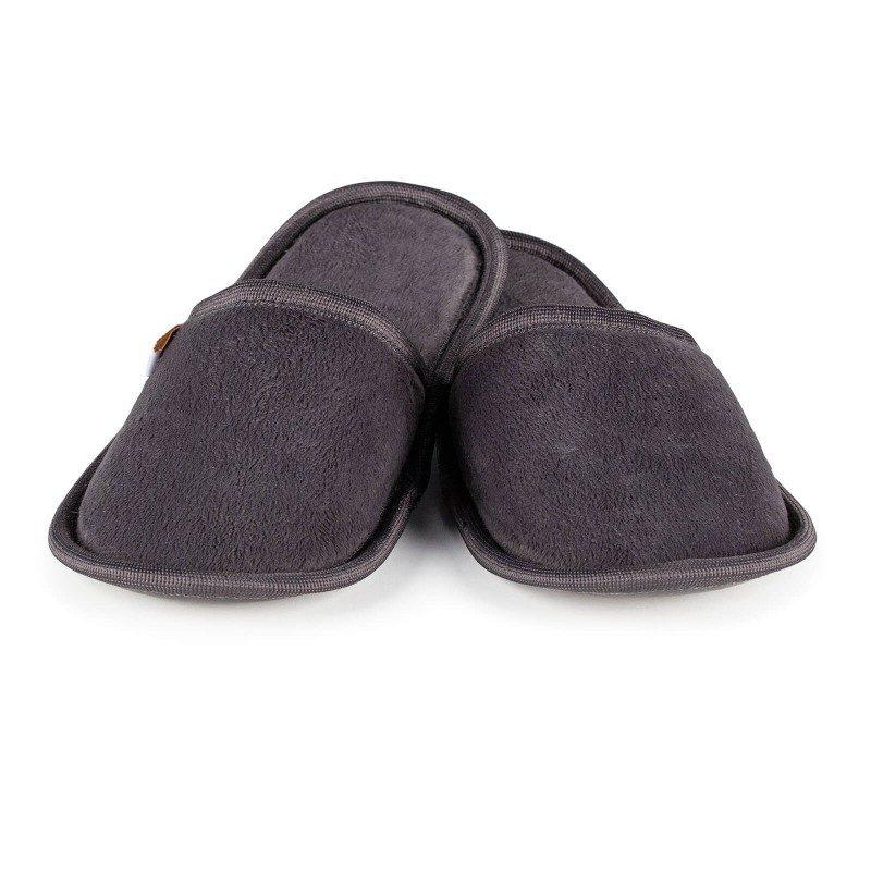 Lahkoten korak tako za velika kot majhna stopala, da jim podarite kar največje udobje! Mehki sobni copati SoftTouch so narejeni iz kakovostnih mikrovlaken, ki dajejo še izdatnejši občutek mehkobe in udobja. Enobarvni copati z mehkim podplatom za vse okuse in želje. Na voljo so v različnih barvah in so primerni tako za moške, ženske in otroke. Copate lahko operete v pralnem stroju na 40 °C.