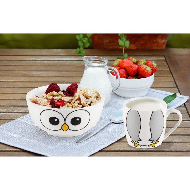 2-delni otroški set iz porcelana Rosmarino z motivom sovice bo postal najljubši otrokov prijatelj pri zajtrku ali večerji. Skodelica je idealna za pripravo kosmičev, kaš, sadja, zelenjave, sladoleda in druge otroške hrane, medtem ko je šalčka primerna za pripravo vseh vrst napitkov, mleka, kakava ali čaja. Set je izdelan iz kakovostnega porcelana, primernega za uporabo v mikrovalovni pečici, shranjevanje v hladilniku in pranje v pomivalnem stroju. Glavna prednost porcelana je v tem, da se ne navzame vonja in okusa, je enostaven za čiščenje z dolgo življenjsko dobo. Idealna izbira za otroško darilo, s katerim boste narisali nasmeh na obraz vsakemu malčku.