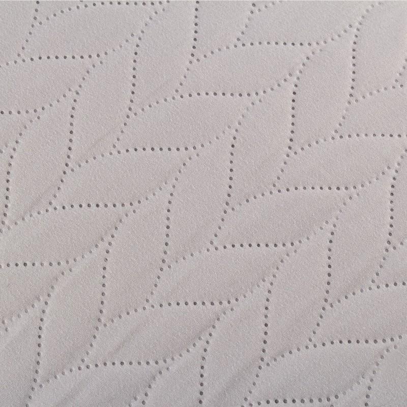 Nič več umazane postelje! Posteljno pregrinjalo je odlična zaščita vaše postelje pred prahom in umazanijo. Pregrinjalo je izjemno mehko in udobno. Ker je pregrinjalo dvostransko, ga lahko uporabljate na obeh staneh: ena stran je svetlejša, druga temnejša. Trpežno tkanino po celotni površini krasi elegantno prešitje, zato bo posteljno pregrinjalo tudi čudovit okras vaši spalnici. Posteljno pregrinjalo je pralno na 40 °C.