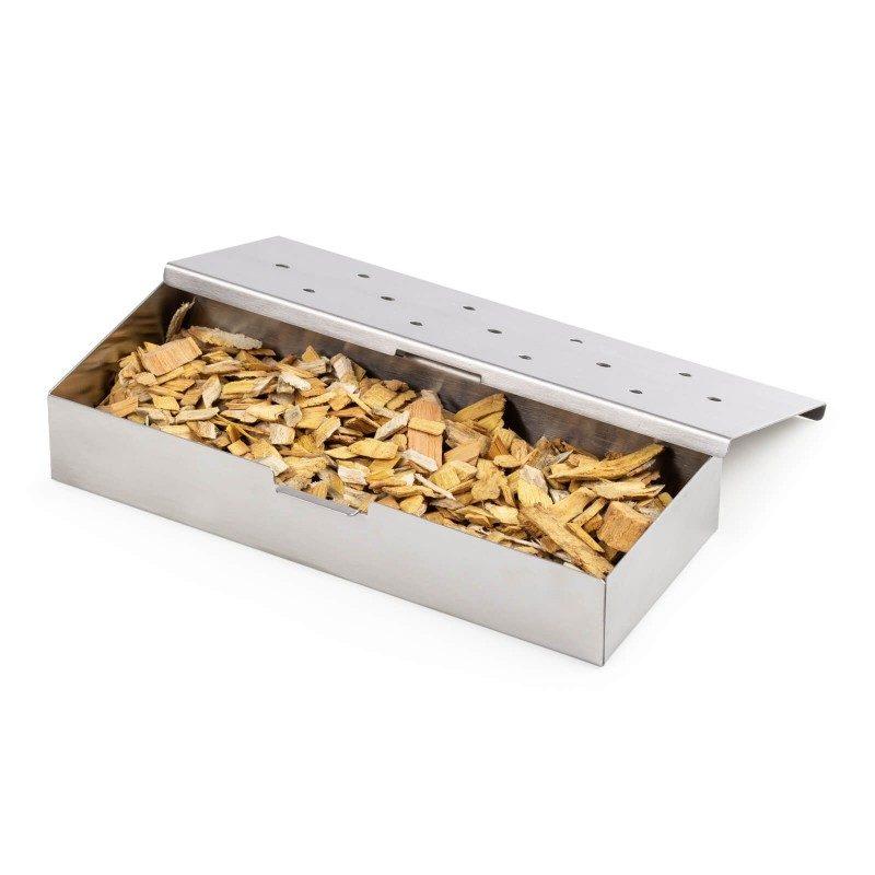 Ustvarjajte gurmanske dimljene specialitete in presenetite svojo družino in prijatelje z novimi okusi! Za popoln piknik in peko na žaru izberite posodo za dimljenje Rosmarino, v kateri boste enakomerno dimili hrano z lesnimi sekanci. Posodo napolnite z najljubšimi lesnimi sekanci (1-2 skodelici), ki ste jih prej namočili v vodo za 30-60 minut. Posoda za dimljene je idealna za žare na oglje, kjer jo preprosto postavite na žerjavico in počakate, da se vonj in okus začneta intenzivno razvijati in se meso navzame arome. Izdelana je iz nerjavečega jekla, odpornega na visoke temperature in praktično neuničljivega. Pokrov ima na zgornji strani luknje, skozi katere uhajata dim in aroma sekancev. Enostavno čiščenje tudi v pomivalnem stroju.