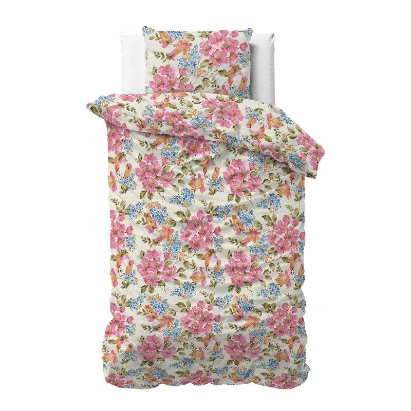Čas je za popolno razvajanje z moderno bombažno posteljnino! Posteljnina Mystic je iz mehkega bombažnega satena, ki je stkan iz visokokakovostne, tanke preje. Posteljnina iz satena je tako čudovit okras vaše spalnice in hkrati odlična izbira za udoben in prijeten spanec. Naj vas očara moderen dizajn s cvetličnim vzorcem. Prevleka za odejo je po celotni širini podaljšana za 20 cm. Enostavno za postiljanje, saj se lahko zatakne pod vzmetnico. Posteljnina je pralna na 40 °C.