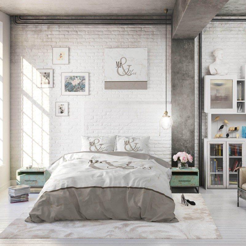 Čas je za popolno razvajanje z moderno bombažno posteljnino! Posteljnina Mr and Mrs Marble je iz renforce platna, ki velja za lahko, mehko tkanino, preprosto za vzdrževanje. Naj vas očara moderen dizajn z napisom. Prevleka za odejo je po celotni širini podaljšana za 20 cm. Enostavno za postiljanje, saj se lahko zatakne pod vzmetnico. Posteljnina je pralna na 40 °C.