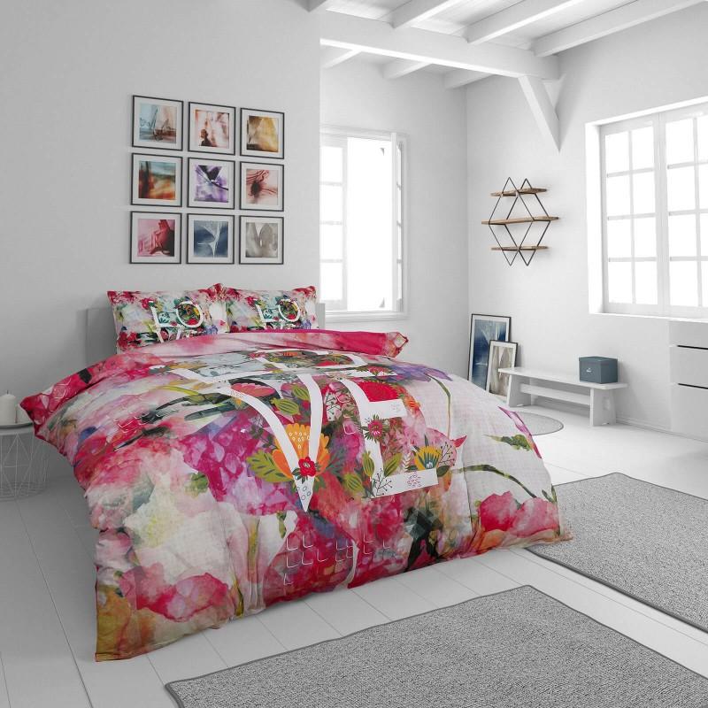 Čas je za popolno razvajanje z moderno bombažno posteljnino! Posteljnina Love&Energy je iz renforce platna, ki velja za lahko, mehko tkanino, preprosto za vzdrževanje. Naj vas očara moderen dizajn s cvetličnim motivom. Posteljnina je pralna na 40 °C.