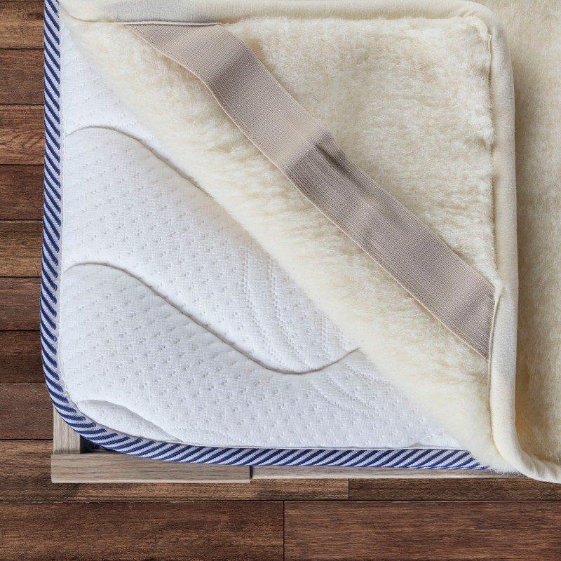 Posteljni nadvložek Merino iz avstralske ovčje volne bo vaši postelji dal domačo toploto in edinstveno udobje.