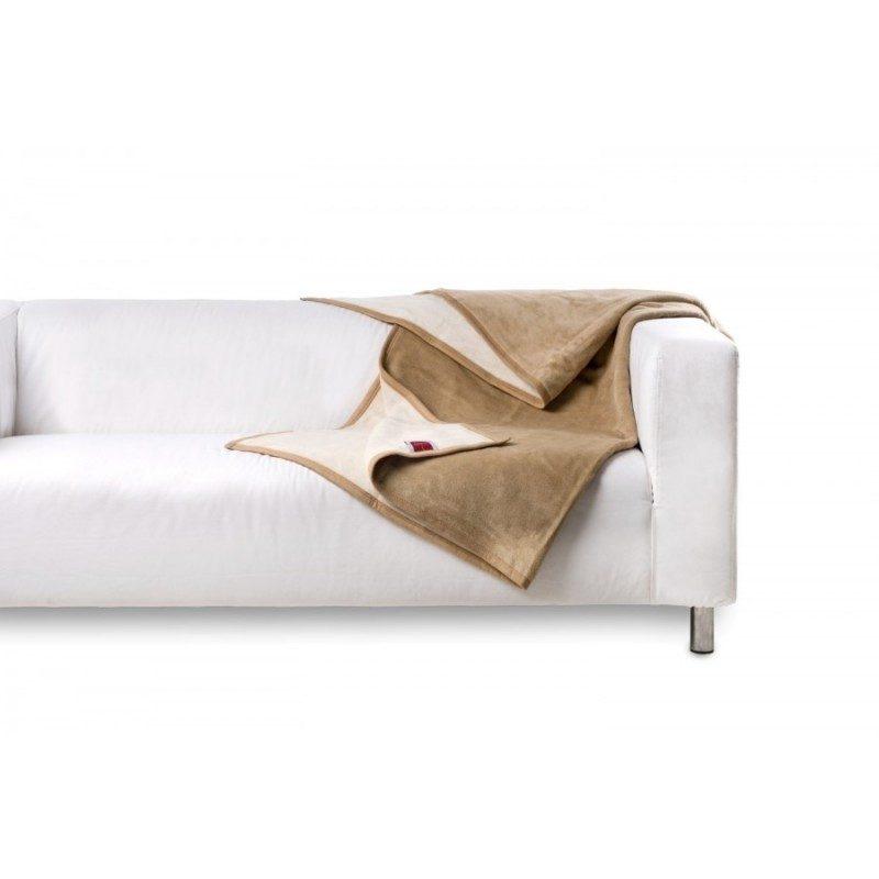 Mehka dekorativna odeja Cleopatra iz kombinacije bombaža, akrila in kakovostnih mikrovlaken za prijetne trenutke udobja in sprostitev na vsakem koraku: v spalnici, dnevni sobi ali na potovanju. Primerna tudi kot odeja poleti, dodatna odeja pozimi ali pregrinjalo. Enobarvna odeja je odlična dopolnitev vsakega prostora: ena stran je v svetlo rjavi, druga stran pa v bež barvi. Dekorativna odeja je lahko tudi odlično darilo, ki bo razveselilo vaše najbližje. Odeja je pralna na 40 °C.