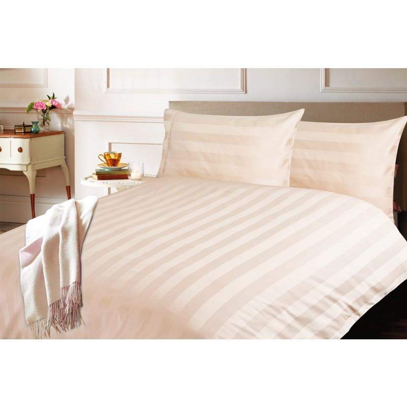 Čas je za popolno razvajanje z moderno bombažno posteljnino! Posteljnina Isabella je iz mehkega bombažnega satena, ki je stkan iz visokokakovostne, tanke preje. Posteljnina iz satena je tako čudovit okras vaše spalnice in hkrati odlična izbira za udoben in prijeten spanec. Naj vas očara klasičen dizajn prestižnega videza. Čudovito tkanje je na vzglavnikih poudarjeno še s posebnim robom, ki nadgrajuje veličasten videz bombažne posteljnine. Posteljnina je pralna na 60 °C.