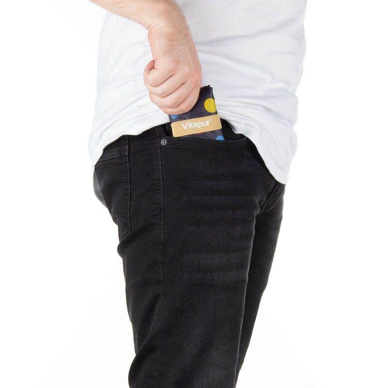 Mala, ali istovremeno velika torba za svaku priliku! Torba je ekološka jer je namijenjena višekratnoj upotrebi - jedna vrećica zamjenjuje čak 1000 plastičnih vrećica! Izrađena je od vodoodbojnog i izdržljivog materijala. Budući da ima priručnu traku, može se u trenu složiti od velike do male, čime zauzima vrlo malo prostora u vašoj torbici, ruksaku ili ladici. Modernim dizajnom, različitim uzorcima i bojama, torba je također odličan modni dodatak. Dvije ručke olakšavaju nošenje na ramenima. Možete otići u veće kupnje, jer je njena zapremina čak 22 litre. Vrećica je jednostavna za održavanje i može se prati na 30° C.