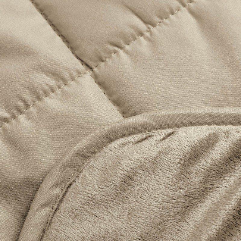 S višenamjenski pokrivačem Soft touch 4 u 1 možete se pokriti na kauču u dnevnoj sobi, koristiti ga na u automobilu ili na putovanjima. Pokrivač Soft Touch 4 u 1 jednostavno složite u samo nekoliko poteza. Kada je složen lako će poslužiti kao jastuk ili grijač za noge. Pokrivač je izrađen od najkvalitetnijih mikrovlakana,to su vrlo tanka vlakna, koja su jako ugodna za kožu. Mekana gornja tkanina i puhasto punjenje od najnaprednijih mikrovlakana osigurava na dodir mekani pokrivač. Pokrivač je na jednoj strani mekan kao baršun, a na drugoj strani gladak. Mekana strana pokrivača idealna je za opuštanje, dok glatka strana ne klizi.