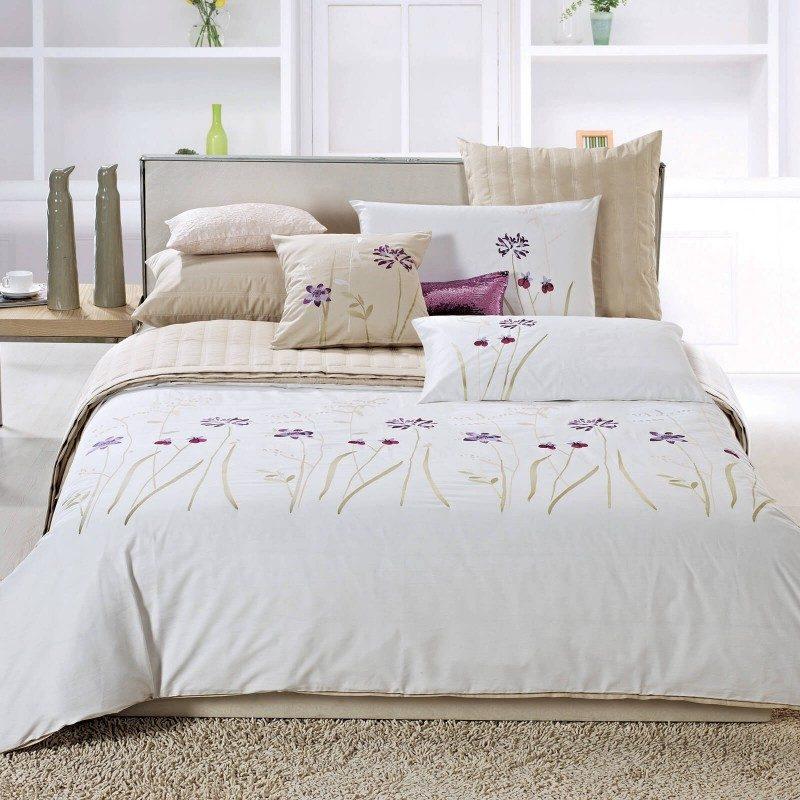 Iznimno kvalitetna pamučno satenska posteljina Anna u bijeloj boji, s izvezenim cvijećem, očarat će vas i dodati točku na i svakoj spavaćoj sobi. Najkvalitetniji pamuk satenske obrade. Dostupna i u nestandardnim dimenzijama.