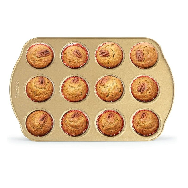 Pekač Rosmarino Baker Golden namjenjen je za pripremanje domaćih muffina. Efekt vrućeg kamena omogućuje prirodan način pripreme kolača. Za 12 muffina. Pekač dimenzija 40,5 x 26,5 x 3 cm.