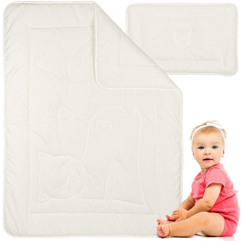 Set dječjeg jastuka i pokrivača Meow prikladan je za spavanje tijekom prvih dječjih mjeseci. Jastuk zbog svoje visine i oblika pruža punu potporu djetetovoj glavi, nizak je i mekan, pomaže bebi da mirnije spava. Neobrađena pamučna tkanina potpuno je prirodna i prikladna za osjetljivu dječju kožu. Bambusova vlakna u punjenju savršeno upijaju vlagu i održavaju prostor za spavanje svježim. Kombinacija nebijeljenog pamuka i bambusovih vlakana osigurava da se vaše dijete ne znoji dok spava. Udio mikrovlakana u punjenju osiguravaju mekoću i povećavaju prozračnost. Set je u cijelosti periv na 60 ° C, a također je prikladan za djecu s alergijom i astmatičare.