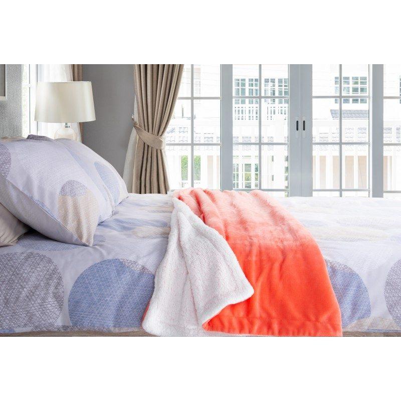 Mekan dekorativan pokrivač visoke kvalitete od mikrovlakana za ugodne trenutke udobnosti i opuštanja na svakom koraku: u spavaćoj sobi, dnevnoj sobi, na izletu ili u pikniku. Pokrivač možete koristiti s obje strane. Na jednoj strani je izuzetno mekana tkanina u bijeloj boji, dok je druga strana u obojanoj boji. Različite boje pokrivača i elegancija za svaki kutak Vašeg doma. Dekorativan pokrivač je također odličan poklon koji će oduševiti Vaše najmilije.