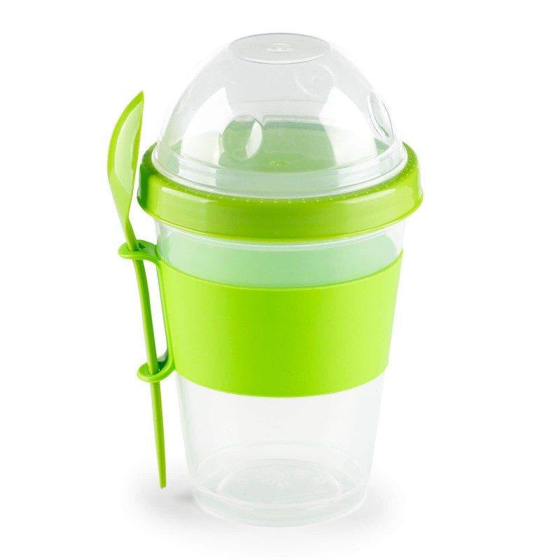 Čaša za jogurt s odvojenom posudicom za spremanje pahuljica ili voća uz koju je priložena žlica je   idealan izbor za svakoga tko ujutro nema vremena, a doručak želi ponijeti na put. Izuzetno je korisna i za kraća putovanja ili kada jednostavno nemate vremena za doručak ili užinu. Pregradni poklopac koji odvaja jogurt i pahuljice ima ugrađen spremnik za rashladni sustav sa vodom, koji se može pohraniti u hladnjak ili zamrzivač preko noći. Ujutro ga jednostavno stavite natrag na posudicu koja će dugo ostati hladna, a vaš jogurt je svjež i jestiv još sat ili dva nakon napuštanja doma. Da bi se olakšao prijenos, oko čaše je dodana silikonska traka protiv klizanja i prikladna žlica koja vam omogućava konzumiranje obroka na putu.