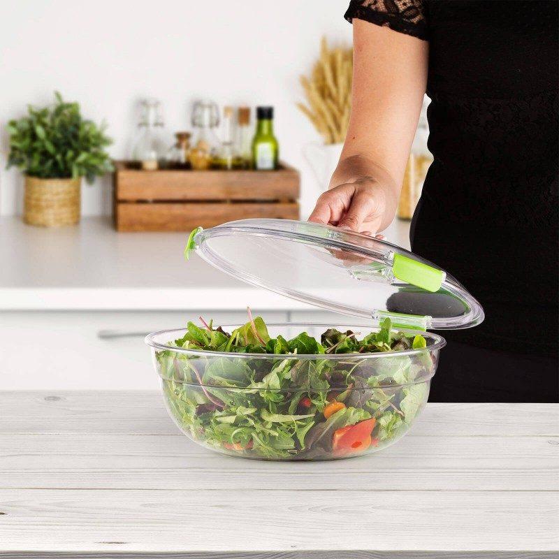 """Velika posuda za salatu koju jednostavno ponesete na posao, na plažu ili na piknik, jer na putu ima sve što vam je potrebno za zdrav obrok. Ima veliki prostor za salatu, poseban produžetak s pregradama, gdje možete lako pohraniti veće komade povrća ili mesa i prikladan spremnik za ocat i ulje. Sa zatvaranjem poklopca na """"clip lock"""", nošenje posude bit će potpuno sigurno, tako da ne morate brinuti da će se hrana proliti ili rasipati. Također su uključene veće žlice i vilice za jednostavno miješanje salate. Ako skinete srednji pregradni nastavak, možete posudu koristiti za spremanje i transport voća, voćnih salata ili druge pripremljene hrane. Izrađena je od moderne PETG plastike bez BPA, koja je mnogo otpornija na udarce i kvalitetnija od plastike koja se koristi u sličnim proizvodima na tržištu."""