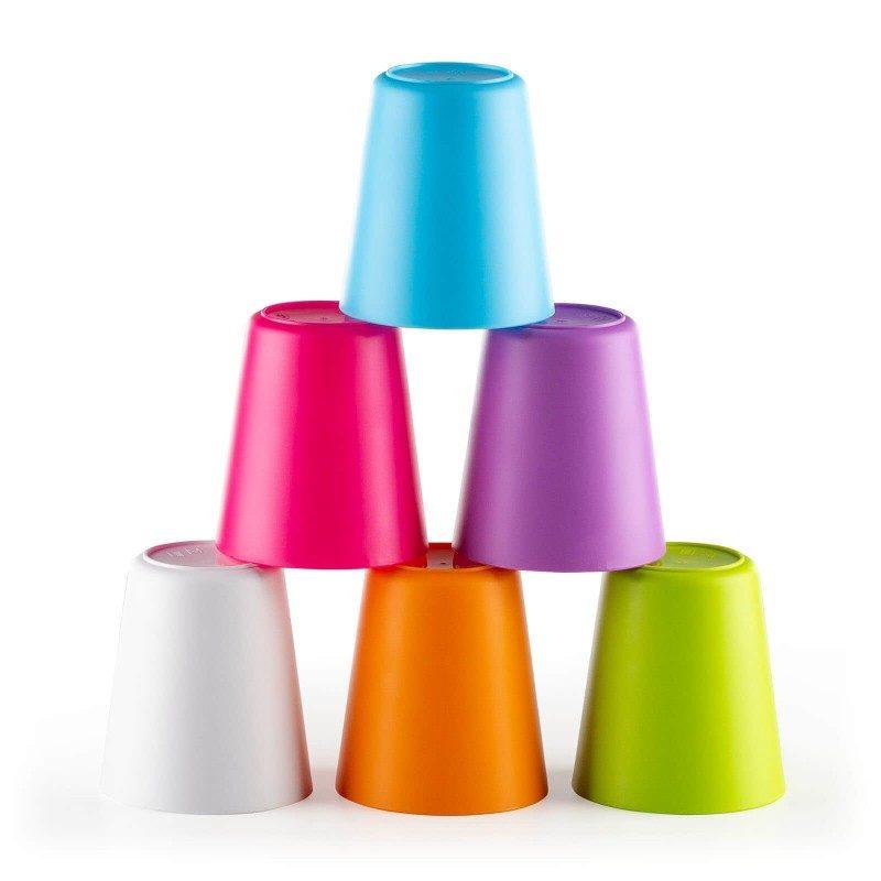 Uhvatite sve dugine boje na dječjem rođendanu, pikniku i druženju na otvorenom! 6-djelni set plastičnih čaša Rosmarino je modernog dizajna i živopisnih duginih boja, za koje će biti zainteresirani odrasli i djeca. Budući da svaka čaša ima svoju boju, svatko će točno znati koja je njegova. Čaše su namijenjene za sve vrste napitaka, kako hladne tako i tople. Budući da su napravljene od izdržljive i visokokvalitetne plastike, zabrinutost da će se čaša razbiti potpuno je suvišna. Idealan komplet za kampiranje, zbog svoje male veličine i praktičnosti čaše neće zauzeti puno prostora. Nakon što ih koristite, jednostavno ih možete oprati u perilici posuđa.