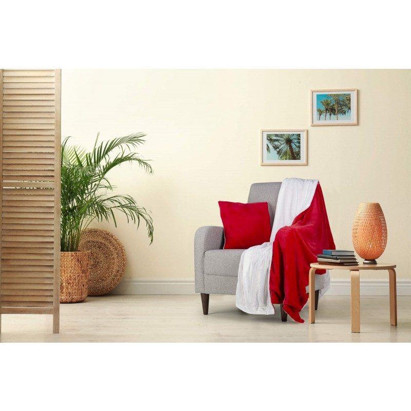 Mekan i topli set dekorativnog pokrivača i jastuka Beatrice Solid od kvalitetnih mikrovlakana za ugodne trenutke udobnosti i opuštanja na svakom koraku: u spavaćoj sobi, dnevnoj sobi, na putovanju ili na pikniku. Pokrivač i jastuk možete upotrebljavati na obje strane. Na jednoj strani je iznimno mekana tkanina u bijeloj boji, na drugoj strani prekrasna čarobna boja.  Set dekorativnog pokrivača i jastuka može poslužiti kao odličan poklon, koji će razveseliti vaše bližnje. Pokrivač i jastuk su perivi na 30 °C.