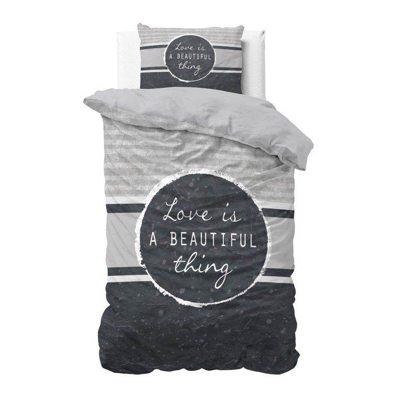 Vrijeme je za potpuno uživanje u modernim pamučnim posteljinama! Posteljina Beautiful Thing izrađena je od mekanog pamuka koji se jednostavno održava. Moderan dizajn. Navlaka je proširena za 20 cm, jednostavna za postavljanje. Posteljina je periva na 40 °C.