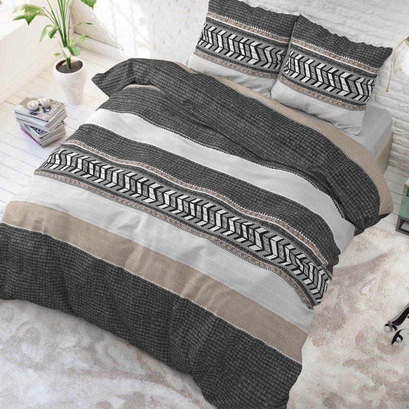 Vrijeme je za potpuno uživanje u modernim pamučnim posteljinama! Posteljina Northern Stripe izrađena je od mekanog pamuka koji se jednostavno održava. Moderan dizajn. Navlaka je proširena za 20 cm, jednostavna za postavljanje. Posteljina je periva na 40 °C.
