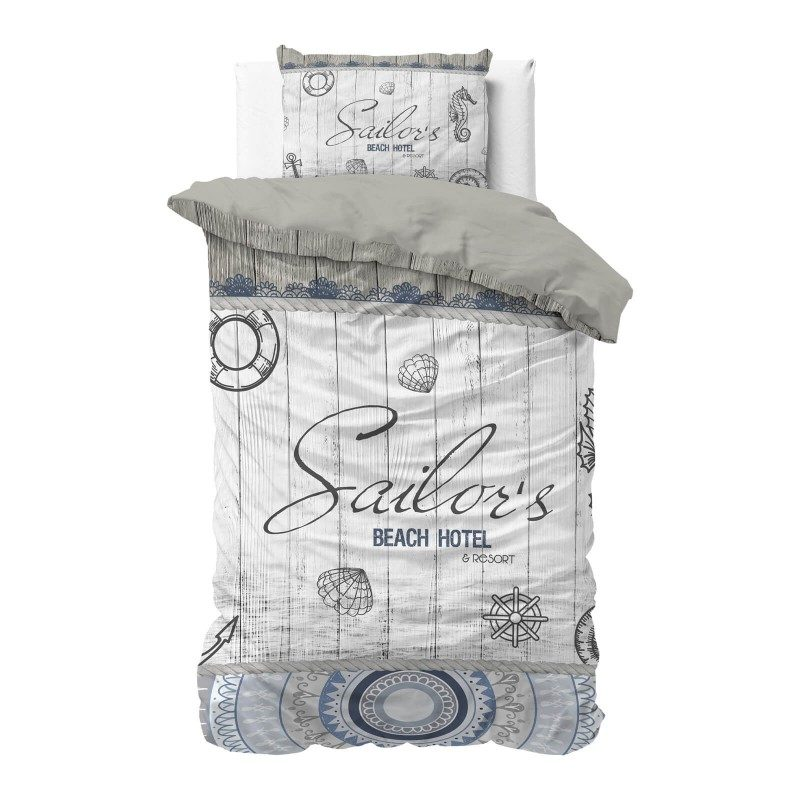 Vrijeme je za potpuno uživanje u modernim pamučnim posteljinama! Posteljina Sailors Beach izrađena je od mekanog pamuka koji se jednostavno održava. Moderan dizajn. Navlaka je proširena za 20 cm, jednostavna za postavljanje. Posteljina je periva na 40 °C.