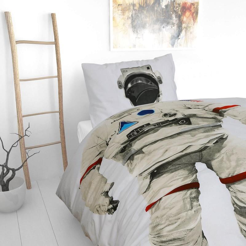 Vrijeme je za miran i udoban san vaših najmlađih! Pamučna posteljina sa zanimljivim dječjim motivom koji će zasigurno oduševiti djecu i odvesti ih u čudesnu zemlju snova. Posteljina Astronaut od renforce platna, mekane tkanine, jednostavne za održavanje. Posteljina je periva na 40 C°.
