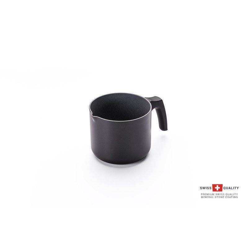 Lončić za mlijeko Rosmarino Black Lava Stone ( 14 x 12,5 cm) spada u rang premium posuđa s inovativnim i tehnološki dovršenim hrapavim mineralnim premazom, razvijenim u Švicarskoj.
