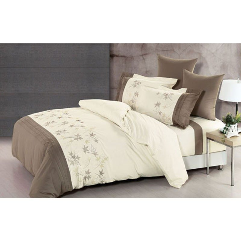 Prekrasna posteljina izrađena od kvalitetnog 100% pamuka. Očarat će vas jesenskim detaljima u nježnim i diskretnim bojama.