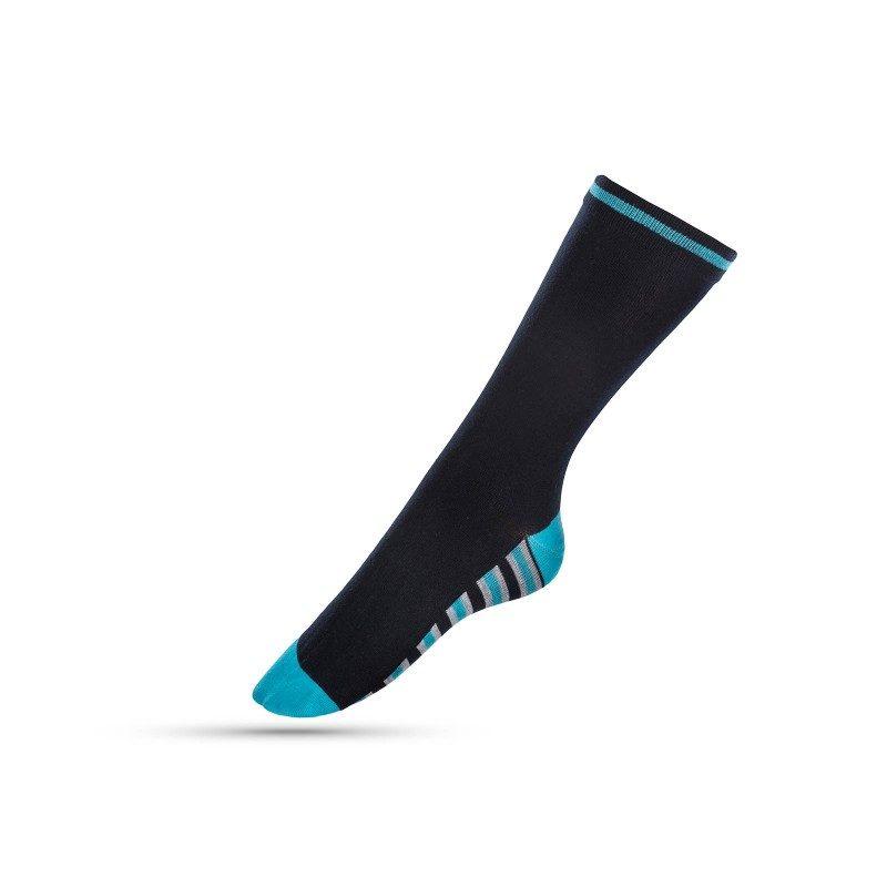 Mekane i udobne čarape izrađene od kombinacije materijala, sa velikim udjelom pamuka, za veću prozračnost. Jednobojne s prugicama. U veličinama: 35-38, 39-42.