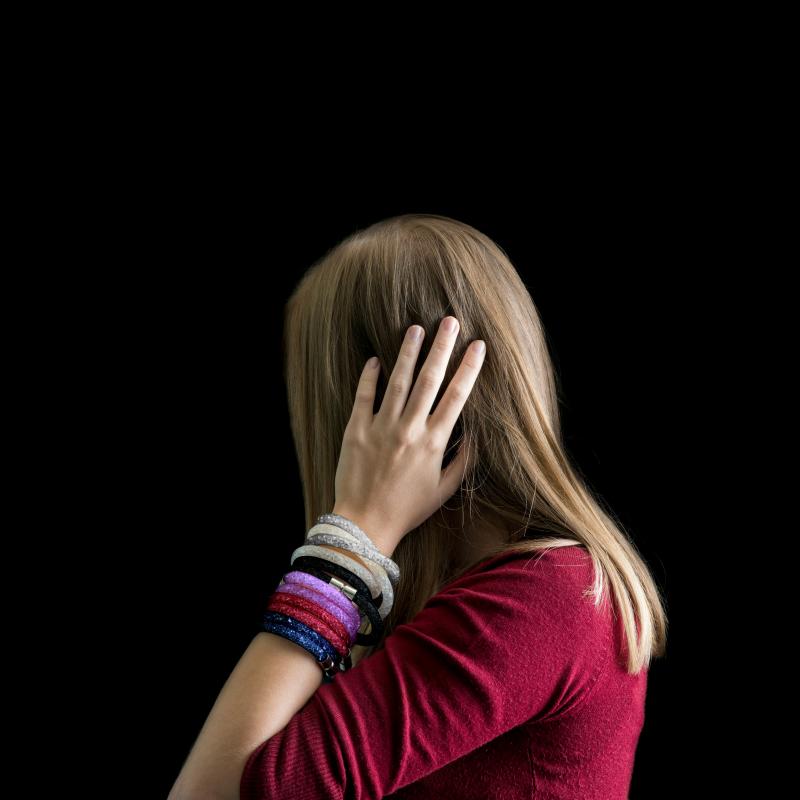 Narukvica Susie Q je popularan komad nakita koji ćete rado nositi u slobodno vrijeme, u školi ili na poslu. U bijeloj, srebrnoj, tamnoplavoj, ljubičastoj boji i boji fuksije. Duljina 40 cm sa zatvaranjem na magnet.