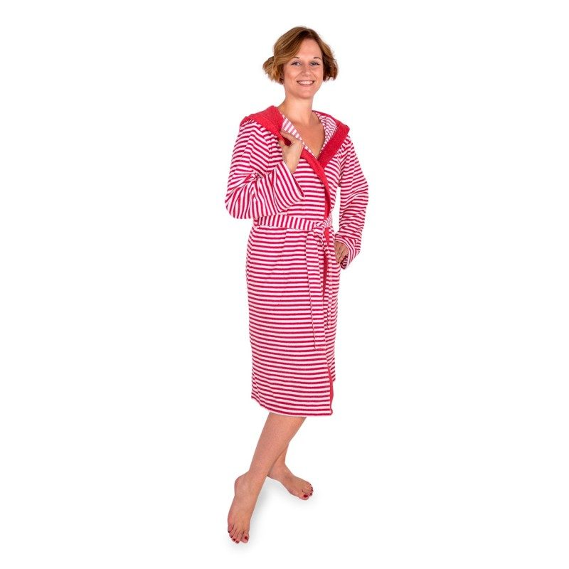 Bade mantil sa kapuljačom, od pletenog frotira. Elegantan dizajn, sa džepovima i pojasom za vezivanje. Za muškarce i za žene. Crvena boja. Veličine: S, M, L i XL.