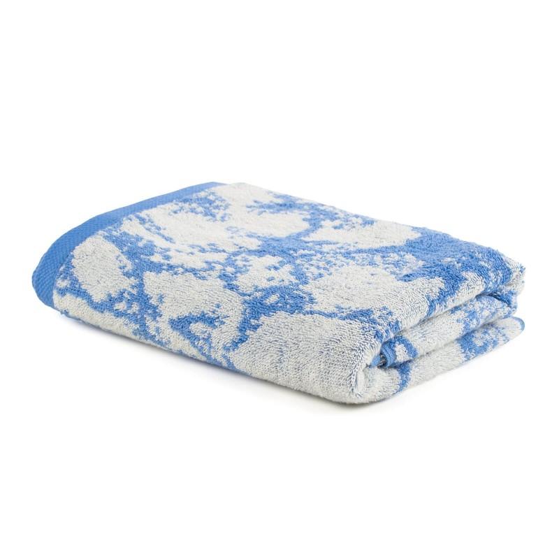 Doživite luksuzni komfor u svom kupatilu! Kvalitetni pamučni frotir Prima J je izdržljiv, mekan, upijajući i brzo se suši. Sa motivom žakard mramora i završnom plavom ivicom. Peškir se može prati na 60 °C.
