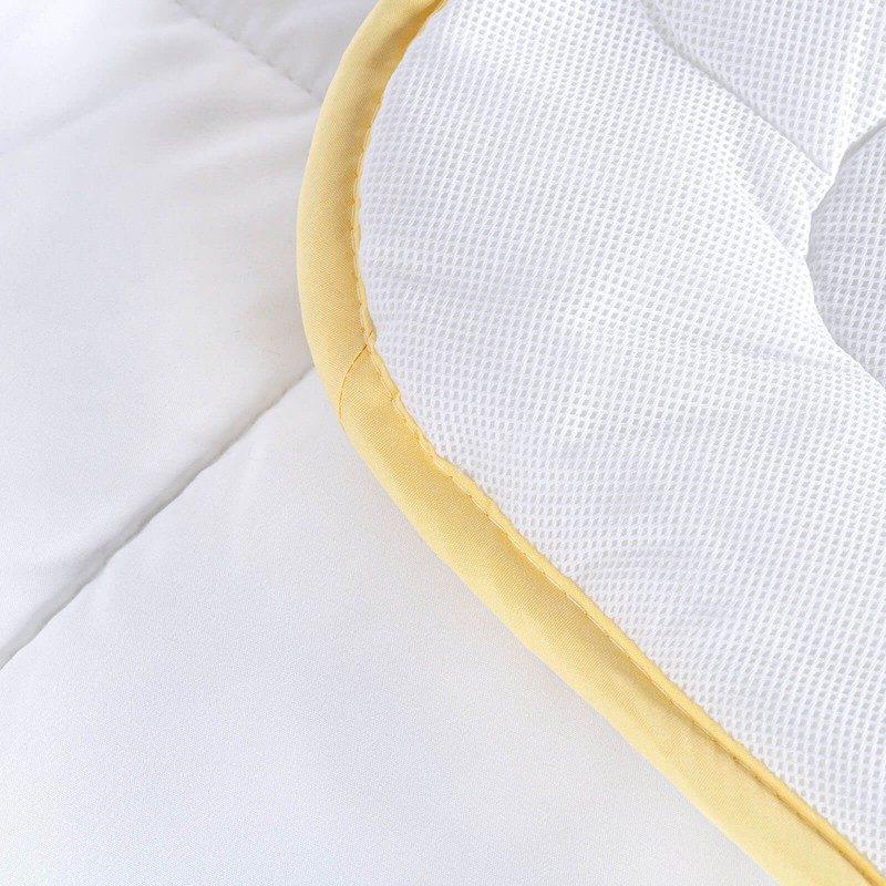 Celogodišnji pokrivač Kamilica AirFlow sa esencijom kamilice, oduševiće vas udobnošću u svim godišnjim dobima. Visokokvalitetna mikrovlakna ClimaFill u punjenju, osiguravaju mekoću i volumen pokrivača i daju dodatnu prozračnost. Nežan miris kamilice, koji umiruje i blagotvorno deluje na vašu kožu, pruža dodatnu udobnost. Prekrivač se u potpunosti može oprati na 60 °C.