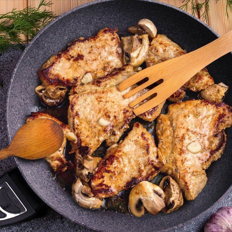Tiganj prečnika 20 cm spada u rang premijum posuđa, sa inovativnim i tehnološki naprednim hrapavim mineralnim premazom, razvijenim u Švajcarskoj. Neprianjajući premaz sa izgledom vulkanskog kamena, omogućava prirodan način kuvanja i pečenja sa malo masti. Hrana na taj način zadržava sve vitamine i minerale, koji našem telu trebaju za zdrav život. Pogodno za sve površine za kuvanje, uključujući indukciju, lako se čisti, čak i u mašini za pranje sudova. Sve Black Lava Stone posude, bazirane su na višeslojnoj strukturi, što garantuje dug životni vek i visok nivo otpornosti i izdržljivosti.