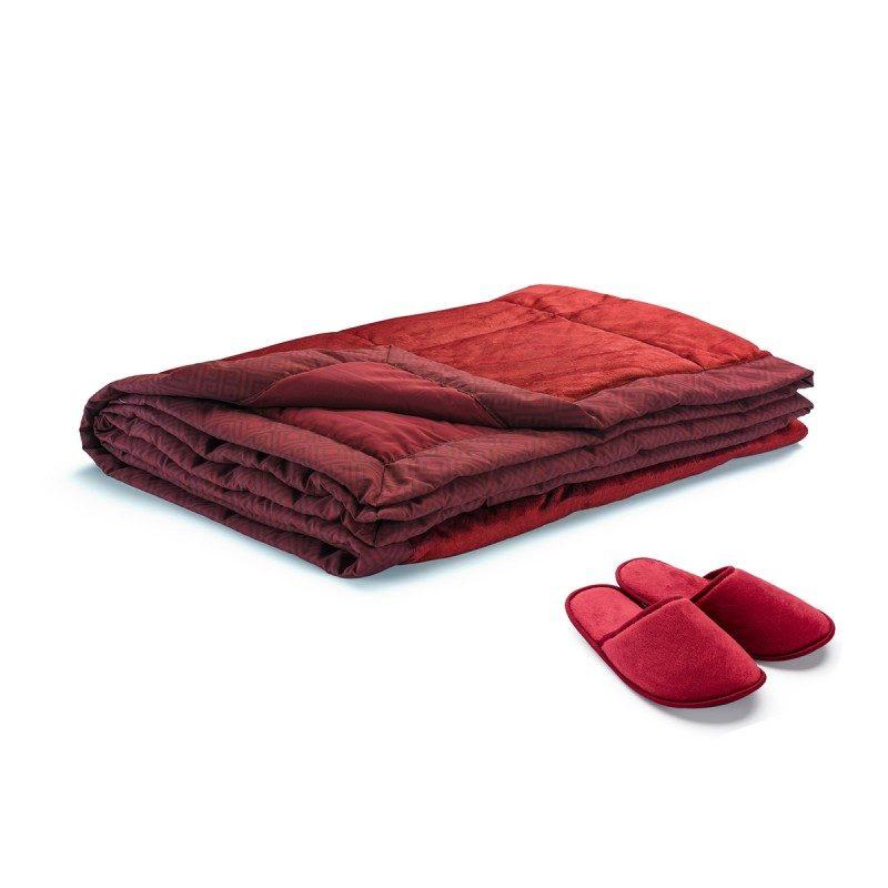 Mekan i udoban dekorativni prekrivač vašem domu donosi odličan moderan dodatak. Divan materijal, prijatan na dodir, dostupan u 4 boje će vas potpuno razmaziti. Uz kupovinu prekrivača, dobijate i papuče. Dimenzija: 140x200 cm. Crvena boja.