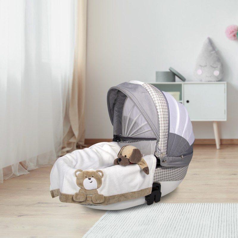 Mekano dečije ćebence je izrađeno od kvalitetnih mikrovlakana specijalno za dečiji krevetić, kolica ili za putovanja. Sa motivom mede.