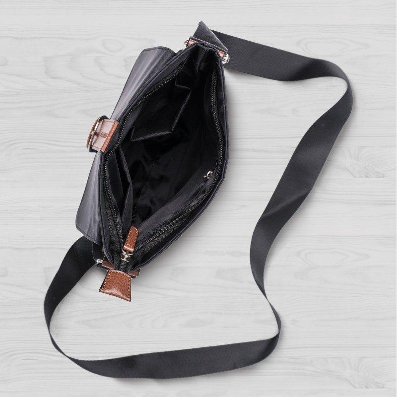 Praktična torbica za preko ramena, svojim svedenim dizajnom daje moderan i urbani dašak svakoj odevnoj kombinaciji. Dimenzija 21x25 cm. Nova linija Scandinavia proizvoda će vas sigurno oduševiti. Crna boja.