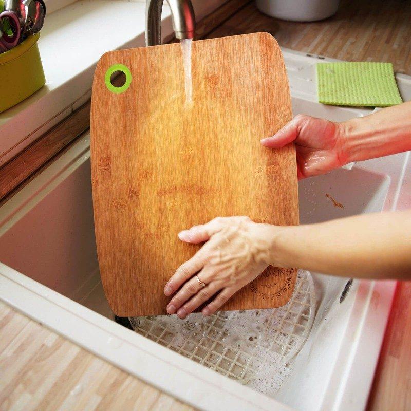 U setu su dve drvene daske za sečenje. Prirodan izgled bambusovog drveta i moderan dizajn vašoj kuhinji daju prefinjen izgled. Set 2 daske dimenzija: 28x22 i 33,8x28 cm.