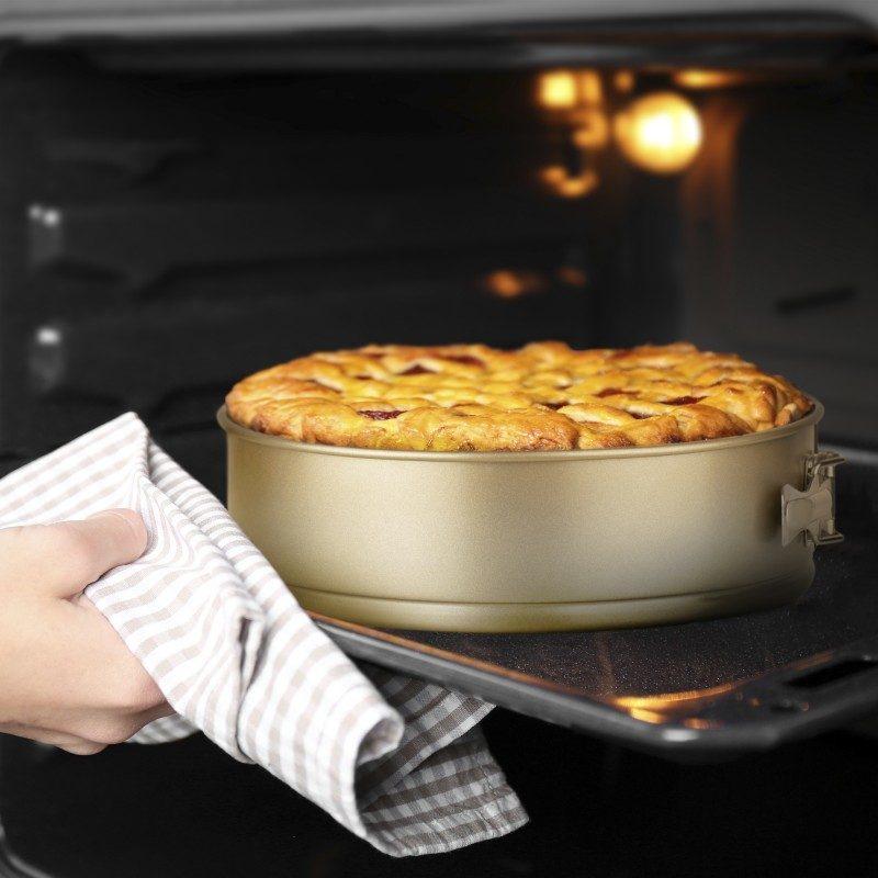Pekač kalup Rosmarino Baker Gold svojim posebnim dizajnom namenjen je za pečenje torti, pita, kolača i drugih poslastica. Efektom vrućeg kamena omogućava pripremu hrane na prirodan način. Dimenzije: 28x7 cm.