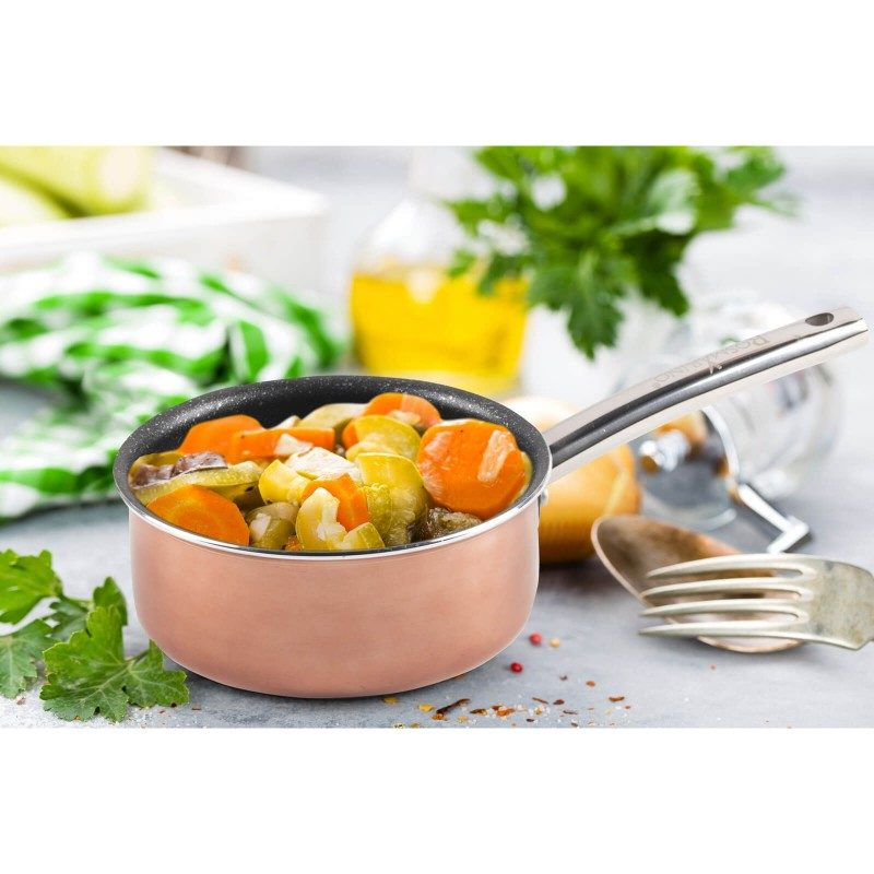 Kaserola Basté prečnika 16 cm i zapremine 1 l, sa efektom kuvanja na vrućem kamenu i nelepljivim glatkim mineralnim premazom, pruža prirodan stil kuvanja, sa vrlo malo masnoće. Hrana na taj način zadržava sve vitamine i minerale, koji su potrebni našem telu za zdrav način života. Pogodna je za sve površine za kuvanje, uključujući indukcionu. Lako se čisti i može se prati i u mašini za sudove. Sve posude iz linije Basté temelje se na višeslojnom sastavu, čime je zagarantovan dug vek trajanja i visok stepen otpornosti i izdržljivosti.