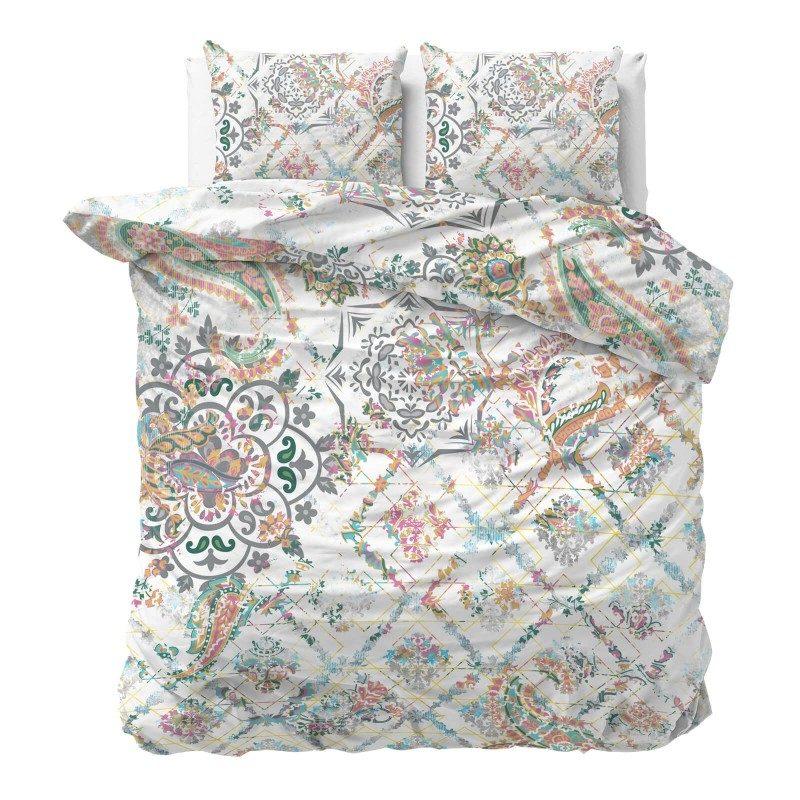 Vreme je za potpuno uživanje u modernim pamučnim posteljinama! Posteljina Jade izrađena je od mekog pamučnog satena, koji je satkan od visokokvalitetnog, tankog prediva. Posteljina od satena je divna dekoracija vaše spavaće sobe i istovremeno odličan izbor za ugodan i prijatan san. Oduševiće vas fascinantan dizajn sa šarenim dezenom. Posteljina se pere na 40 °C.