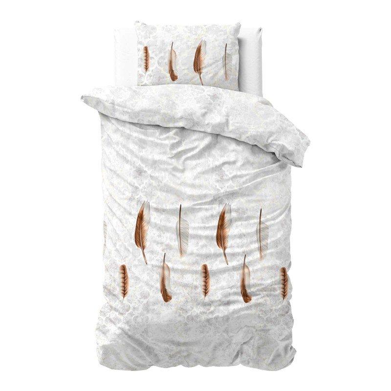 Vreme je za potpuno uživanje u modernim pamučnim posteljinama! Posteljina Feather izrađena je od mekog pamučnog satena, koji je satkan od visokokvalitetnog, tankog prediva. Posteljina od satena je divna dekoracija vaše spavaće sobe i istovremeno odličan izbor za ugodan i prijatan san. Oduševiće vas fascinantan dizajn sa dezenom perja. Posteljina se pere na 40 °C.