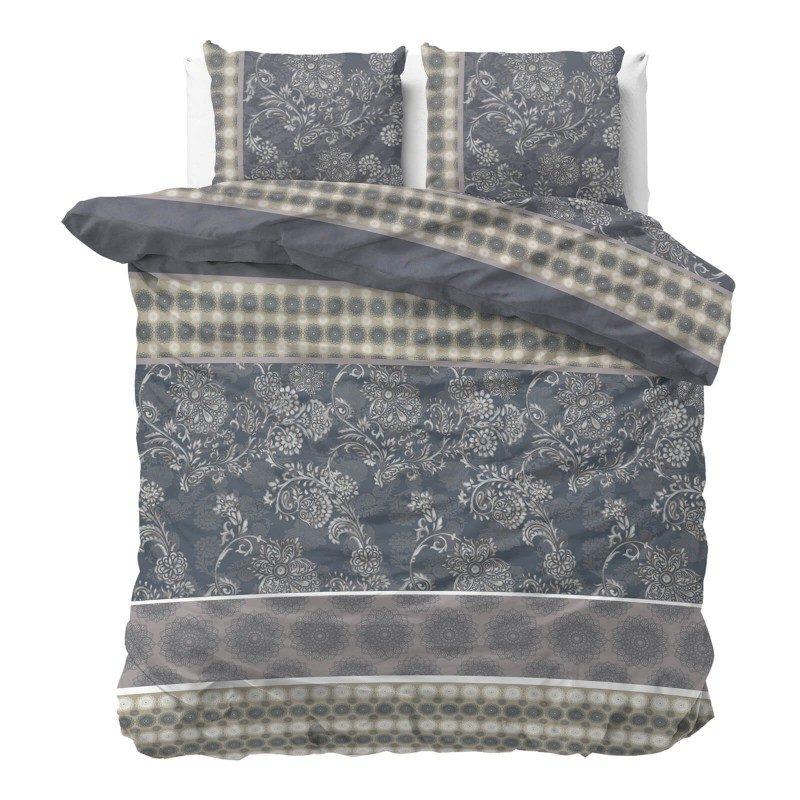 Vreme je za potpuno uživanje u modernim pamučnim posteljinama! Posteljina Kiara izrađena je od mekog pamučnog satena, koji je satkan od visokokvalitetnog, tankog prediva. Posteljina od satena je divna dekoracija vaše spavaće sobe i istovremeno odličan izbor za ugodan i prijatan san. Oduševiće vas fascinantan dizajn sa cvetnim dezenom. Posteljina se pere na 40 °C.