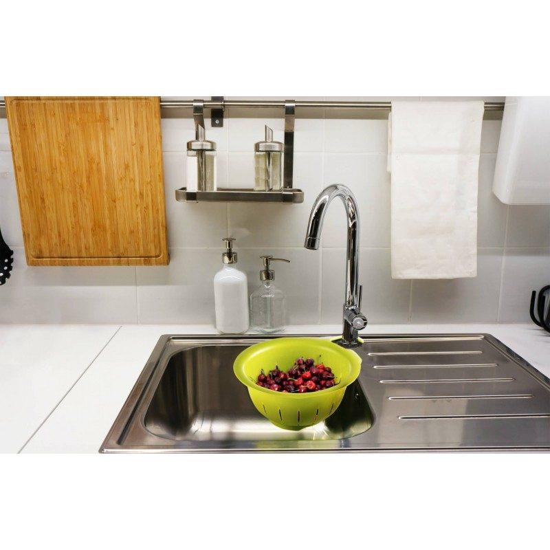Izuzetno praktična cediljka, koju jednostavno okačite bilo gde na dohvat ruke. Zbog izuzetno jake plastike, sito će izdržati težinu hrane, a pritom ne morate držati cediljku u ruci. Jednostavno stavite voće ili povrće u cediljku, pustite vodu i lako perite bez dodirivanja hrane, sav višak vode će teći direktno u sudoperu.