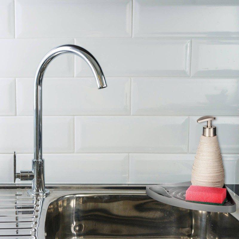 Mali, ali izuzetno zgodan kuhinjski organajzer za odlaganje sredstava za čišćenje. Ugaonog oblika, što ga čini praktičnim za postavljanje na ivicu sudopere. Držač za vešanje kuhinjske krpe. Organajzer možete lako fiksirati na kuhinjski pult, zid ili sudoperu, gde god vam odgovara. Najpogodniji i najjednostavniji način za skladištenje sunđera, deterdženata i drugih sredstava za čišćenje - sve na jednom mestu.