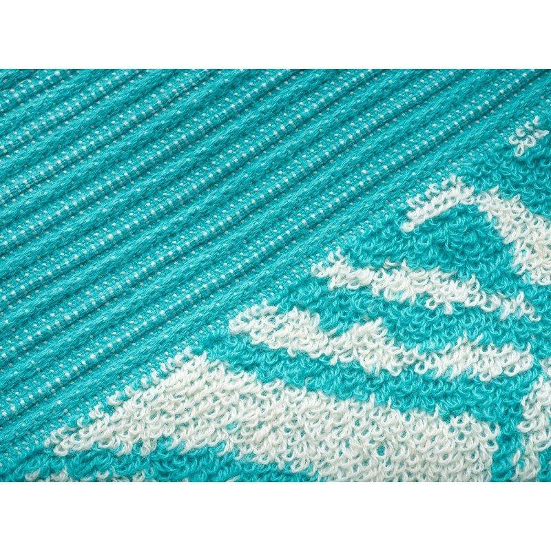 Peškir Prima J od visokokvalitetnog i mekanog pamuka. Sa motivom cveta i ciklama završnom ivicom. Gusto tkanje pamuk za negu kože. Tirkizna boja.